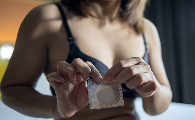本番をしようとコンドームを開ける女性