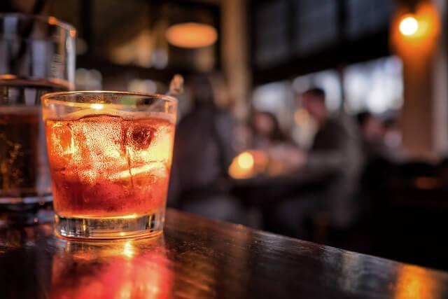 グラスに茶色の飲み物が入っているイメージ