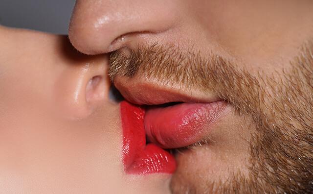 女性が男性にキスをしているイメージ