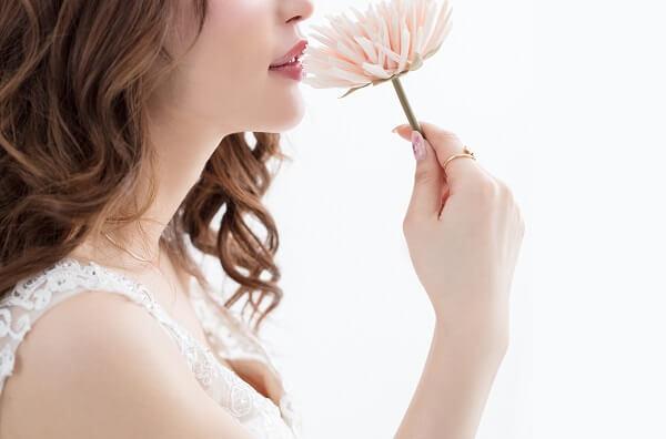 女性が花を持っているイメージ図