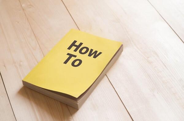黄色の本にハウツーと書かれているイメージ図