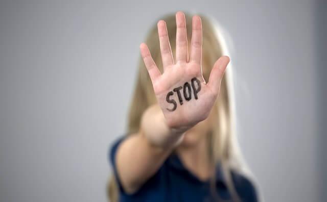 STOPと書かれている女性の手