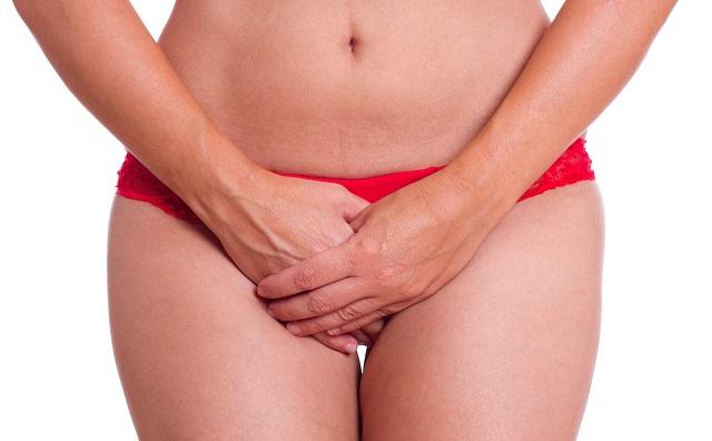 股間を押える女性