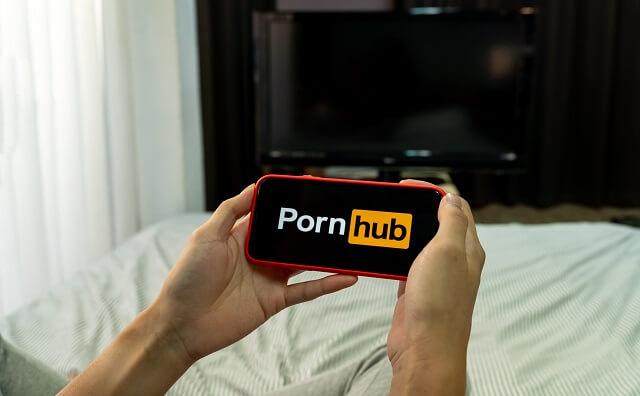 セックスの練習のためにポルノハブを見ようとする男性