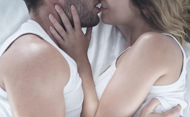 後戯の1つであるキスをする男女