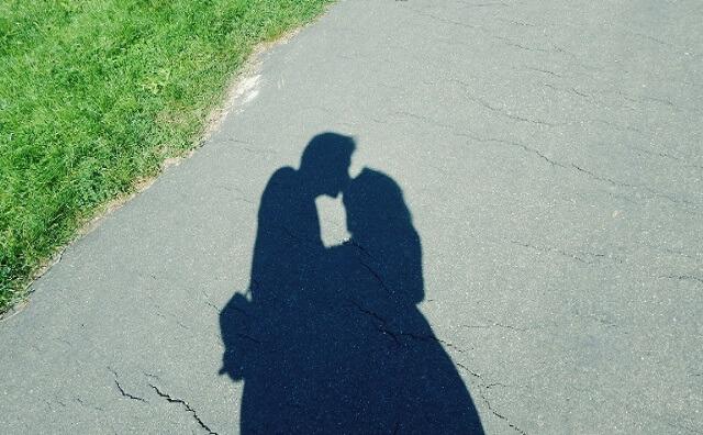 男と女が仲良く寄り添っている画像
